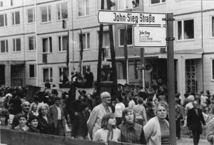 Namensgebung John-Sieg-Str., Lichtenberg, Bundesarchiv, Bild 183-L0622-0045 / CC-BY-SA 3.0 [CC BY-SA 3.0 de (https://creativecommons.org/licenses/by-sa/3.0/de/deed.en)