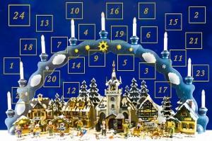 Bild zeigt Adventskalender und Schwibbogen