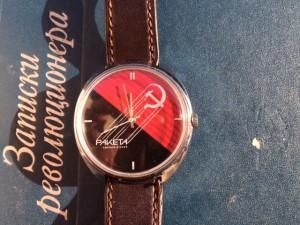 Bild zeigt eine Uhr mit Hammer und Sichel
