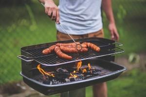 Bild zeigt Holzkohle-Grill mit Wurst