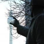 Foto zeigt Hand, die nach der Kugel des Fernsehturms greift